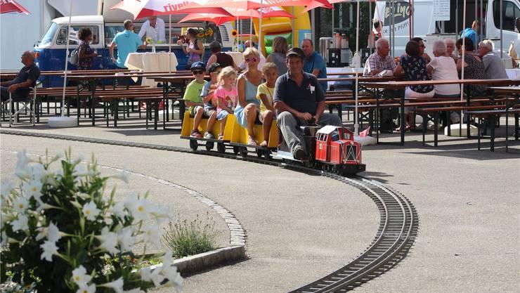 Beliebt: Die Dampfbahn chauffierte Kinder und jung Gebliebene rund um den Innenhof.Bild: Natasha Hähni