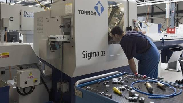 Ein Mitarbeiter von Tornos in der Fabrikationshalle in Moutier (Archiv)