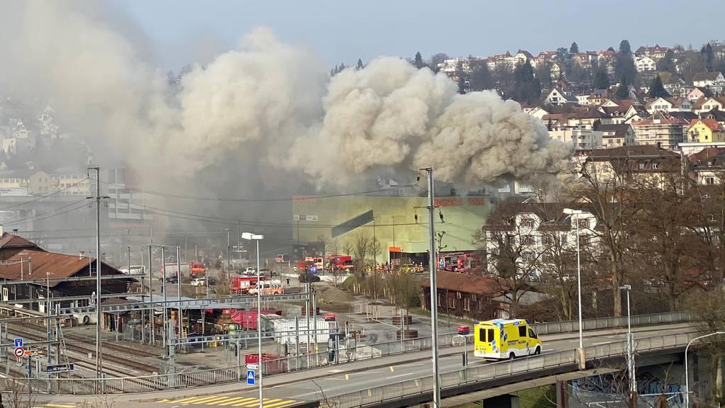 Brand neben Migros St.Fiden: Mann verletzt ++ Wohnungen unbewohnbar