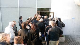 Die Journalisten begeben sich ins Gemeindehaus. Drinnen darf nicht fotografiert werden.