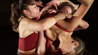 Die Choreografin schwitzt mit Mirjam Gurtner (links) schlüpft für «Skinned» im Theater Roxy in eine Doppelrolle.