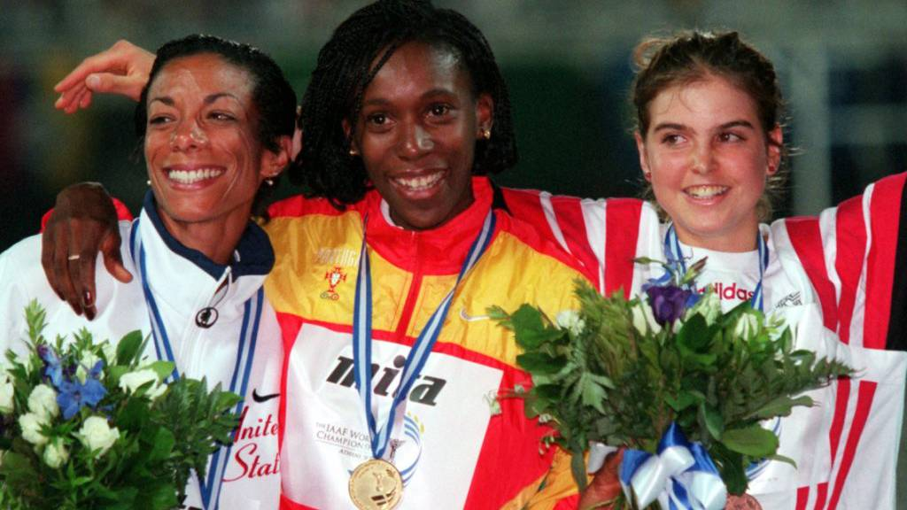 Anita Weyermann (rechts) auf dem WM-Podest über 1500 m in Athen neben Siegerin Carla Sacramento (Mitte) und der zweitklassierten Amerikanerin Regina Jacobs