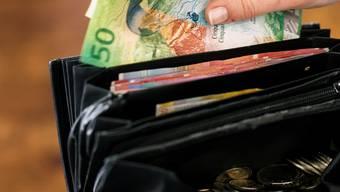 Der Trickbetrüger bat die Frau um Geld und versprach, dieses innert zwei Stunden zurückzubringen. (Symbolbild)