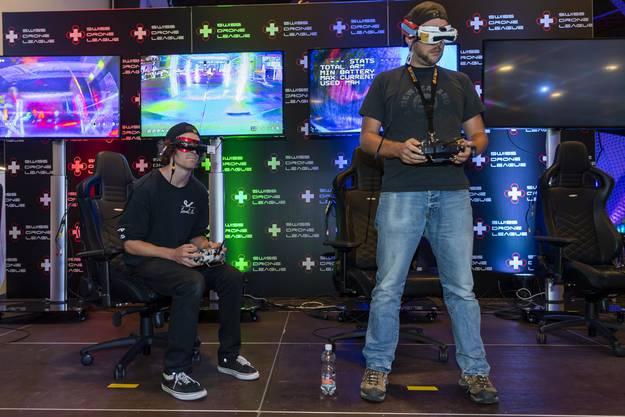 Die Piloten während eines Rennens: Durch die Videobrille sehen sie die Livebilder der Drohnenkamera und können ihre Flugobjekte dadurch manövrieren.