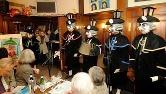 Vier Sänger, drei Stimmen, ein Örgeli und ein Helgenträger: Die Gaslädärne in Aktion. Fotos: Kenneth Nars