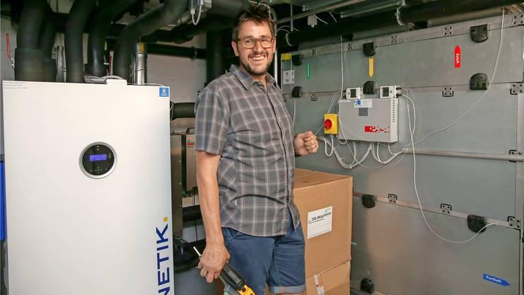 Franz Schnider im Keller des Solar-Hauses, der viel Technik birgt.