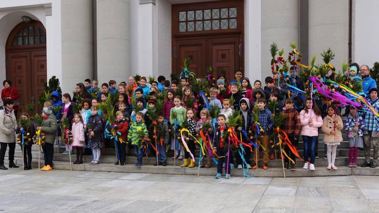 Am Samstag davor bastelten 90 Kinder mit ihren Eltern die traditionellen Palmbäumli, die sie stolz zum Familien-Gottesdienst in die Kirche trugen
