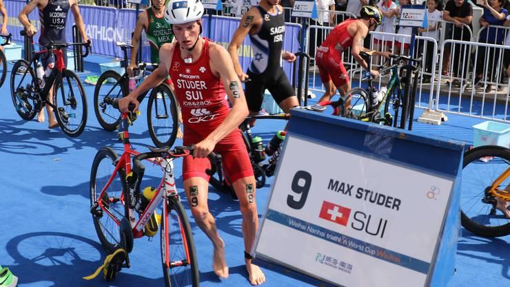 Vom Rad in die Laufschuhe: Max Studer in der Wechselzone beim Weltcup Weihai