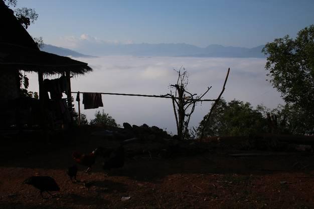 Die Laoten, die diese Aussicht geniessen können, leben allerdings in einfachsten Verhältnissen. Die meisten in Holzhütten.
