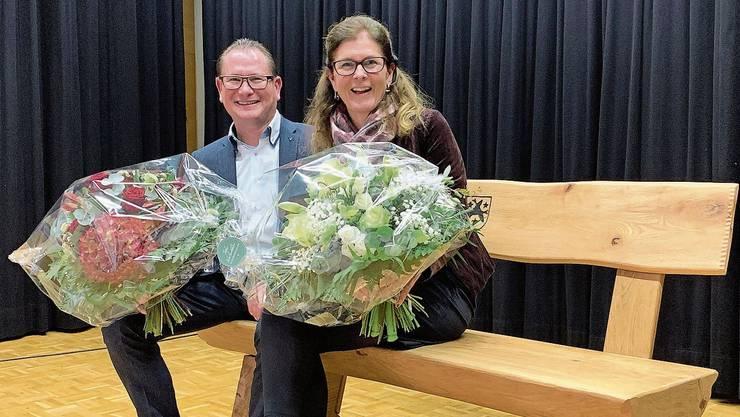 Rolf Jäggi und seine Partnerin Susanne Hächler freuen sich über die Bank.