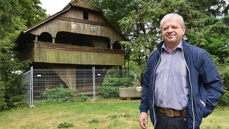 Stolzer Besitzer: Hubert Bürgi vor dem Speicher, den er von der Gemeinde Oensingen für einen Franken erwerben konnte.  Bruno Kissling