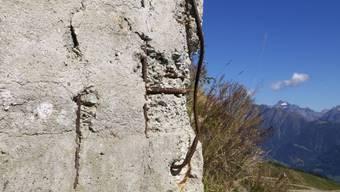 An dieser Stahlbetonmauer im Wallis erkennt man Korrosionsschäden.