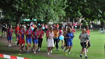 Hauptsache Mitmachen: An der Benefiz-Promenade laufen viele mit.