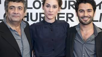 """Manon Pfrunder (Mitte) posiert an der Eröffnung der 51. Solothurner Filmtage zusammen mit Mano Khalil (links), dem Regisseur des Films """"Die Schwalbe, und mit dem Schauspieler Ismail Zagros."""