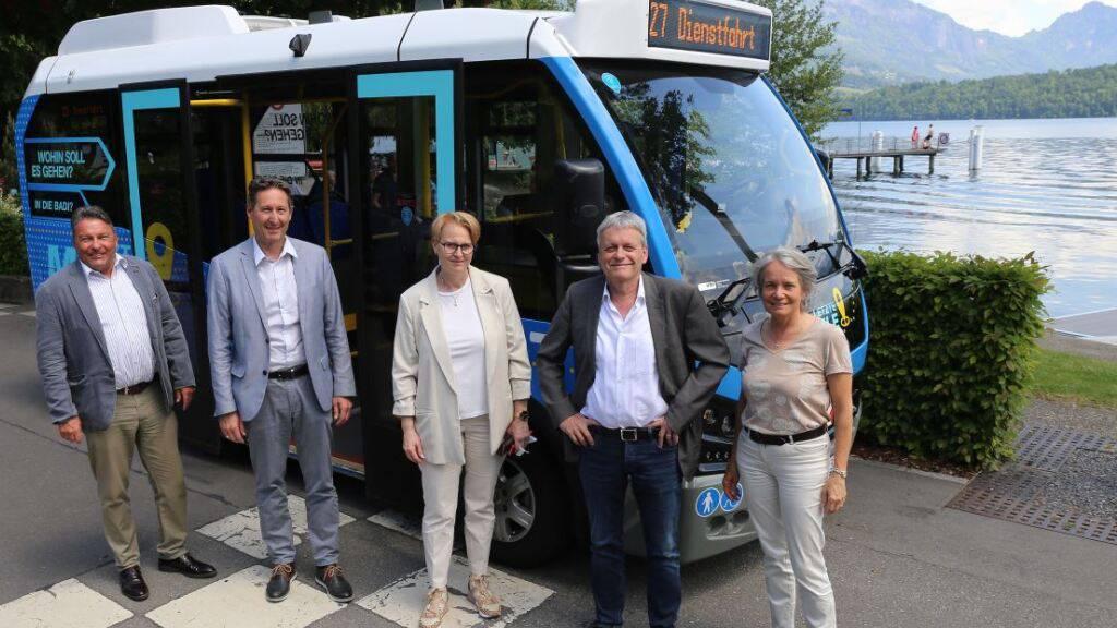 Der Gemeinderat Meggen LU mit Gemeindepräsident Urs Brücker (GLP/zweiter von rechts) vor dem kleinen Bus.