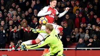 Arsenals Mesut Özil bezwingt Huddersfields Torhüter Lössl