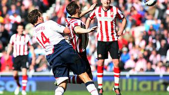 Bolton Wanderers' Captain Kevin Davies (links) trifft per Kopf.