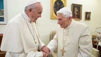 Der zurückgetretene Papst Benedikt XVI. (rechts) vermisst seine bayrische Heimat. (Archivbild)