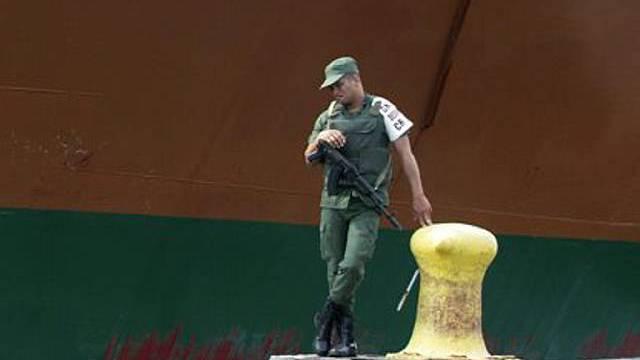 Soldat an Hafen in Venezuela