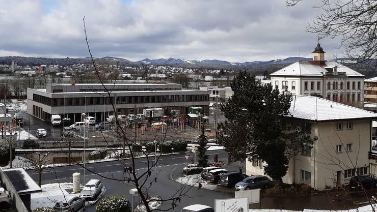 Türmli trifft auf Flachdach: Das neue Schulhaus «Breite» (links) und das alte Schulhaus daneben.
