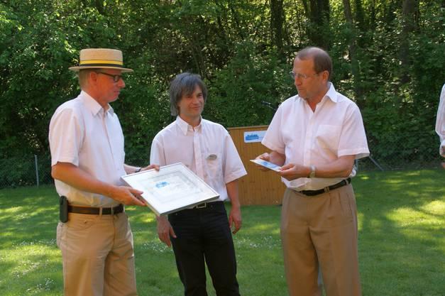 Regierungsrat Peter C. Beyeler übergab das Label an Gemeindeammann Dieter Hauser (li) und Gemeinderat Stephan Bircher.