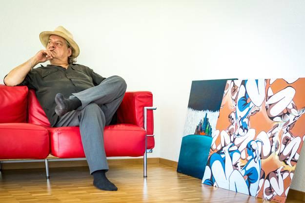 Mit seinem roten Sofa ist Endo Anaconda in der neuen Wohnung in Erlinsbach AG angekommen. Nur die Bilder brauchen noch ein Plätzchen.