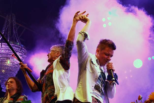 Spontan: Sänger Tobias tanzt mit einer Dame aus dem Publikum.