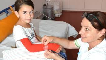 Vreni Schweizer legt der kleinen Esther einen Verband an - eine von vielen Aufgaben am Universitäts-Kinderspital beider Basel.
