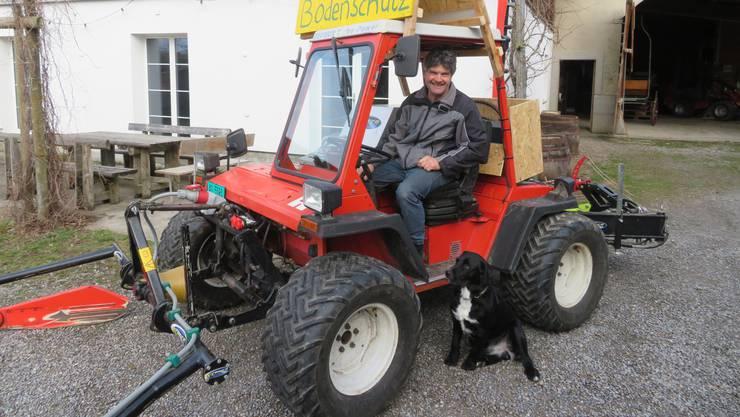 Landwirt Guido Winterberg nimmt die fast 100 Kilometer vom Bettwiler Erushof zum Bundesplatz mit dem Elektromähtraktor unter die Räder.