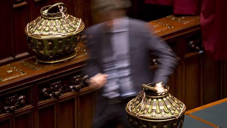 Die Abgeordneten geben ihre Stimmen für die Wahl des italienischen Staats-Präsidenten ab.