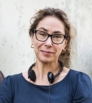Katalin Gödrös wurde 1969 als Tochter einer Luzernerin und eines Ungarn in Zürich geboren. Nach der Matura studierte sie an der Filmakademie Budapest – Schwerpunkt Produktion. Sie inszenierte mehrere Kurzfilme und schliesslich ihren ersten Spielfilm, «Mutanten», der 2002 an der Berlinale gezeigt wurde. Ihr zweiter Kinofilm, «Songs of Love and Hate», feierte 2010 am internationalen Filmfest Locarno Premiere. Fürs Schweizer Fernsehen inszenierte Katalin Gödrös sieben Folgen der Serie «Der Bestatter». Gödrös lebt seit 1996 in Berlin. Seit 2012 unterrichtet sie an der Deutschen Film-und-Fernseh-Akademie Berlin (DFFB). Sie ist mit einem Kameramann verheiratet und hat zwei erwachsene Kinder.