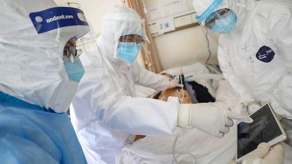 Medizinisches Personal in einem Spital in der chinesischen Stadt Wuhan überprüft den Zustand eines Patienten, der mit dem neuartigen Coronavirus infiziert ist.