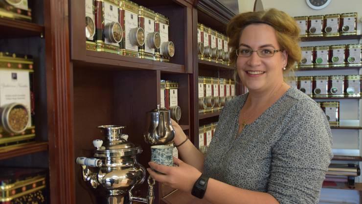 Melanie Vock-Notter giesst im Teehaus Jacaranda eine Tasse des warmen Himbeer-Tagestees ein.