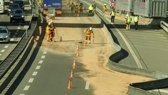 Stau auf der A1 nach Leitplanken-Streifkollision von Lastwagen