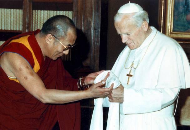 Doch hatte der Dalai Lama auch die Ehre, viele bedeutende Menschen des 20. und 21. Jahrhunderts zu treffen. Hier etwa Papst Johannes Paul II. – sie waren gut befreundet.
