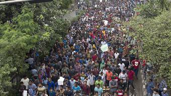 """Nach Massenprotesten für mehr Sicherheit auf den Strassen sind in Bangladesch seit Ende Juli 97 Verdächtige wegen """"Gewalt und Hetze in den sozialen Medien"""" festgenommen worden. (Bild vom 5. August)"""