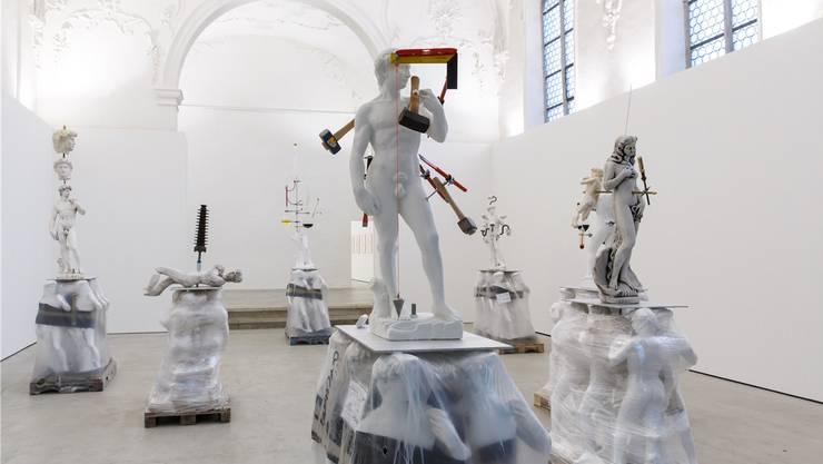 Schönheit wird heute im Labor fabriziert, künstlich hergestellt. Pavel Schmidt führt dies drastisch vor Augen.