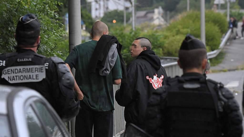Französische Gendarmen stehen auf einer Straße in der Nähe von Redon in Nordwestfrankreich, um eine illegale Rave-Party zu unterbinden. Foto: Loic Venance/AFP/dpa - ACHTUNG: Personen wurden aus rechtlichen Gründen von der Partneragentur gepixelt ausgesendet