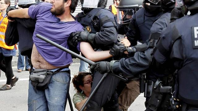 Polizisten bringen Demonstranten vom Plaza de Cataluna in Barcelona weg