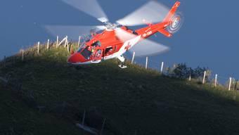 Die Rega flog den verletzten Lenker ins Unispital Lausanne (Archiv)