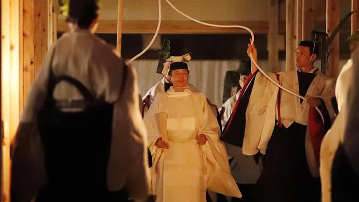 Geheimnisvoller, religiöser Akt: Japans Kaiser Naruhito während der Erntedank-Zeremonie.