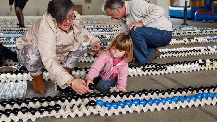 In einer Halle wurden am Ostermontag nicht weniger als 21'723 Eier aneinander gereiht.