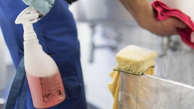 Vier Reinigungsmänner wurden wegen Verdacht auf Schwarzarbeit festgenommen. (Symbolbild)