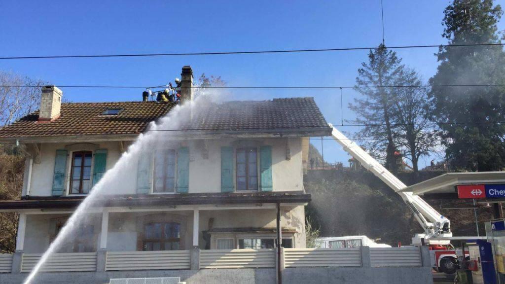 Während der Löscharbeiten beim Bahnhof Cheyres FR wurde am Mittwochnachmittag ein Feuerwehrmann verletzt.