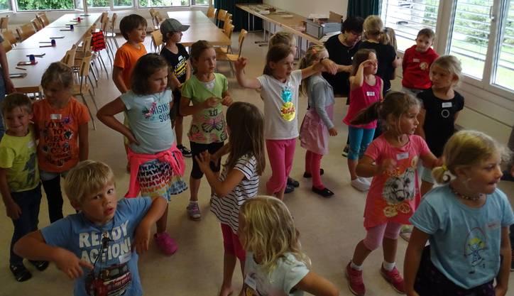 Die Kinder üben die Lieder mit den Bewegungen ein