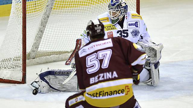Ambri-Goalie Cory Schneider im Duell mit Servettes Goran Bezina.