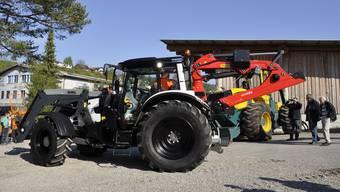Der Traktor (im Bild) und der Bagger sollen eine effizientere und sicherere Arbeit ermöglichen. zvg