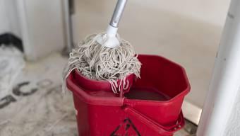 Hausangestellte wie etwa Putzfrauen sind laut Gewerkschaften wegen der Coronavirus-Krise in einer Notlage. (Symbolbild)