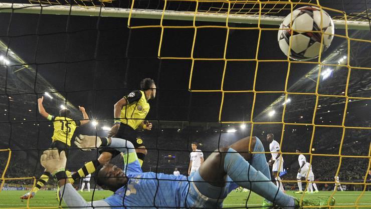 Dortmunds Reuss schiesst ein, Marseille-Keeper Steve Mandanda hat das Nachsehen - es steht 2:0.