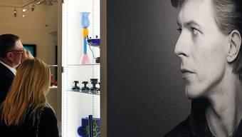 Besucher besichtigen die Auktion, unter den Blicken einer David-Bowie-Fotografie